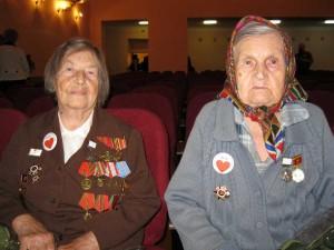 вырезать бабушку слева